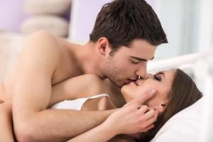 couple-kissing-bed